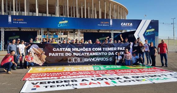 Em Brasília, manifestação em frente ao local do megaevento patrocinado pela Caixa, defendeu a manutenção do banco 100% público