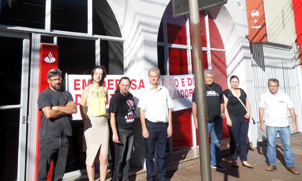 A agência do Santander em Arapongas teve paralisação parcial nesta quarta-feira (31/01), Dia Nacional de Luta dos Funcionários