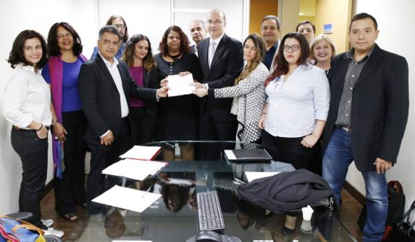 Integrantes do Comando Nacional dos Bancários repassam o documento ao diretor da Gestão de Pessoas do BB, Caetano Minchillo, no centro - Foto: Lume Santiago/Contraf-CUT