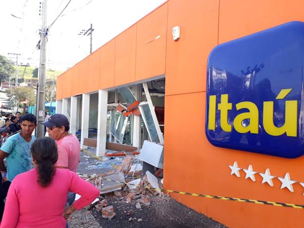 O prédio da agência do Itaú teve dados de grande monta causados pelas explosões nos caixas eletrônicos
