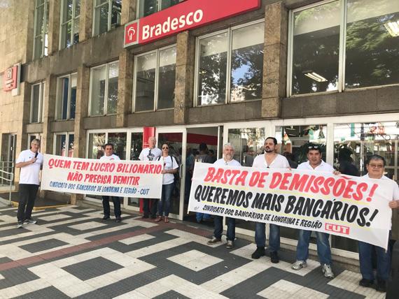 Com faixas e som, dirigentes do Sindicato denunciaram a política desumana de RH do Bradesco e cobraram contratações