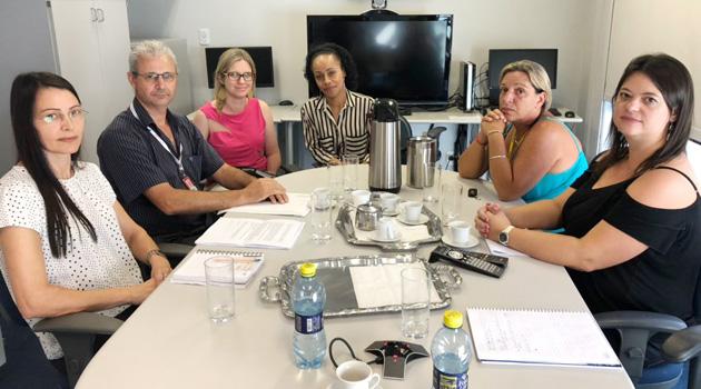 Zoraide Sanches, diretora de Saúde do Sindicato de Apucarana (à esq.), levantou os problemas junto ao Banco do Brasil em reunião realizada na Gepes