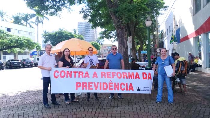 Com faixas e material informativo dirigentes do Sindicato de Apucarana mobilizaram a população em defesa da aposentadoria