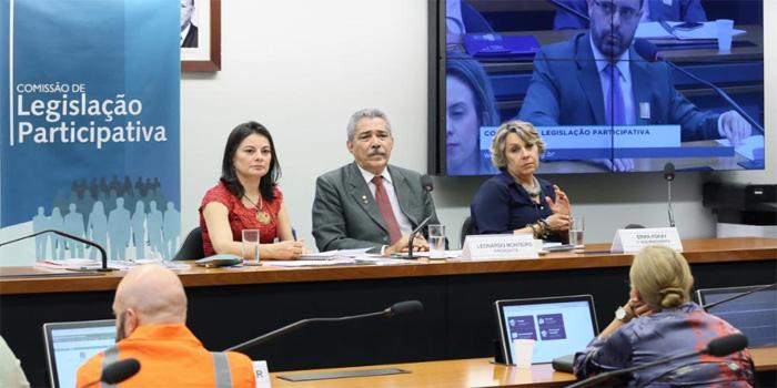 A deputada Érika Kokay (PT-DF) (à dir.), participou da Audiência Pública no dia 7/05, em Brasília - Foto: Claudio Andrade/Agência Câmara