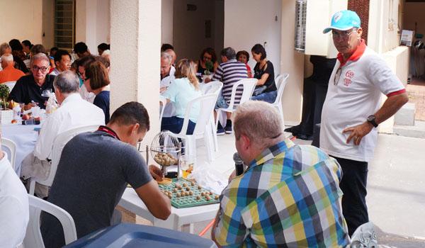 O presidente do Sindicato de Londrina, Felipe Pacheco, cantou o bingo valendo vários brindes