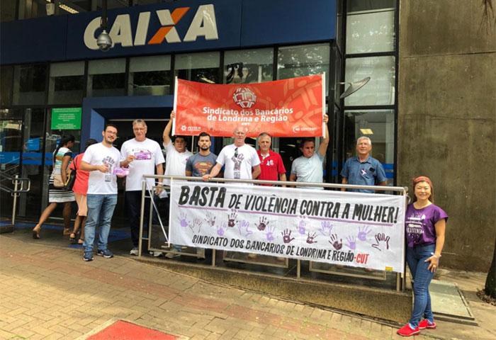 Dirigentes do Sindicato de Londrina divulgaram o Dia do Laço Branco em atividade realizada na agência Centro da Caixa