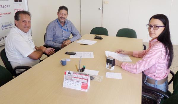 A diretora do Sindicato de Apucarana, Zoraide Sanches, coordenou a reunião com a presença do ex-empregado e o representante da Caixa