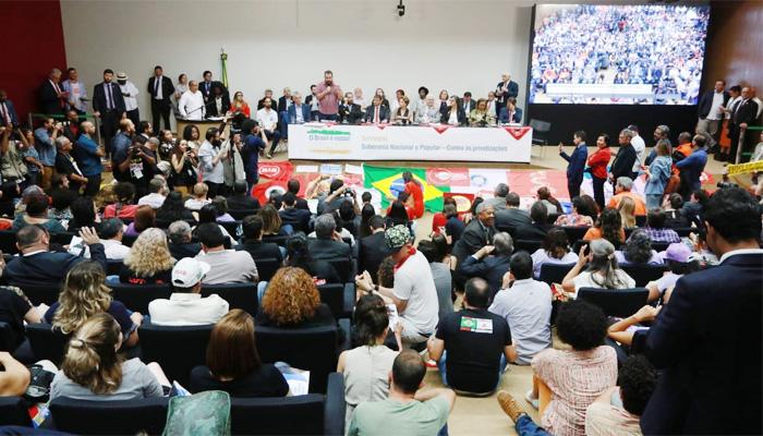 Evento nesta quarta-feira (4/09), em Brasília, lançou a Frente Parlamentar Mista em Defesa da Soberania Nacional e contra as privatizações - Foto: Augusto Coelho/Fenae