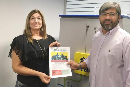 """Agnaldo Gonçalves, diretor do Sindicato de Apucarana, entrega o informativo """"O Espelho"""" a funcionária do BB em Arapongas"""