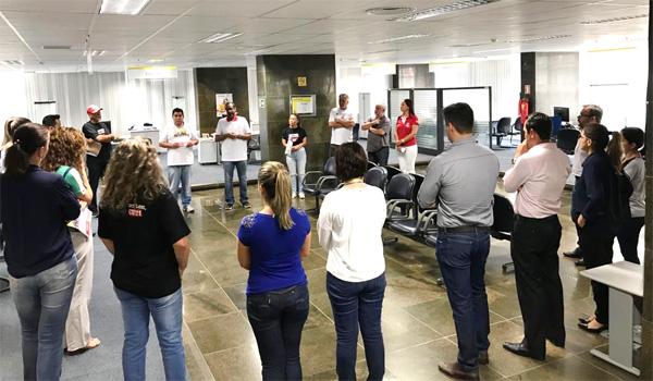 Dirigentes do Sindicato de Londrina com funcionários do prédio central do Banco do Brasil nesta quinta-feira (14/02)