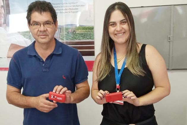 O diretor  do Sindicato de Arapoti, Walter Carlos da Costa, entrega o brinde a bancária do Bradesco em Sengés