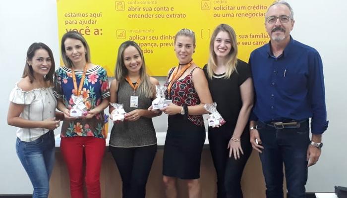 Tais Ferreira e Carlos Alberto Martins, diretores do Sindicato de Cornélio Procópio, distribuem os brindes a bancárias do Itaú