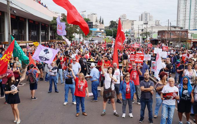 A concentração da Greve Geral em Londrina ocorreu em frente ao Terminal Central de Transporte Coletivo