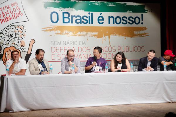 O documento foi assinado pela conselheira da Caixa, Rita Serrano; Débora Fonseca (BB), Willian Saab (BNDES), Inálio Vieira Cruz (Basa) e Rheberny Oliveira (BNB) - Foto: Augusto Coelho / Fenae