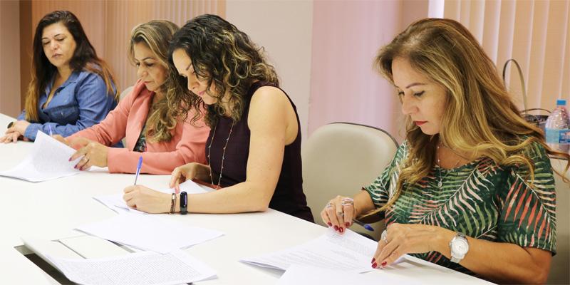 A presidenta da Contraf-CUT, Juvandia Moreira (à dir.),  e demais diretoras da Contraf-CUT, assinaram os Acordos Aditivos garantindo direitos dos funcionários do Bradesco