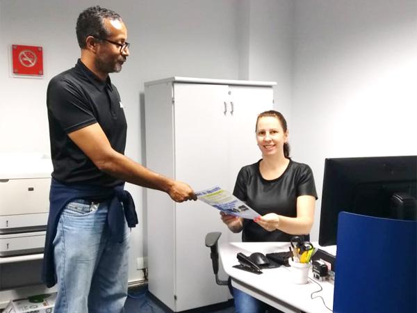 Laurito Lira Filho, diretor do Sindicato de Londrina, entrega o informativo O Espelho a funcionária do BB