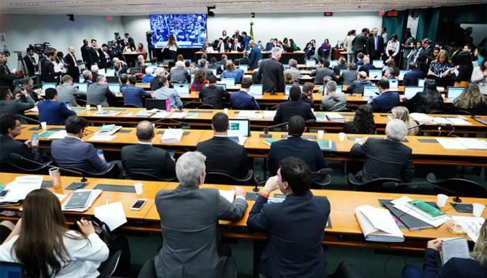 A sessão da Comissão Especial entrou pela madrugada, mas não conseguiu aprovar a terceira versão do relatório - Foto: Pablo Valadares/Agência Câmara