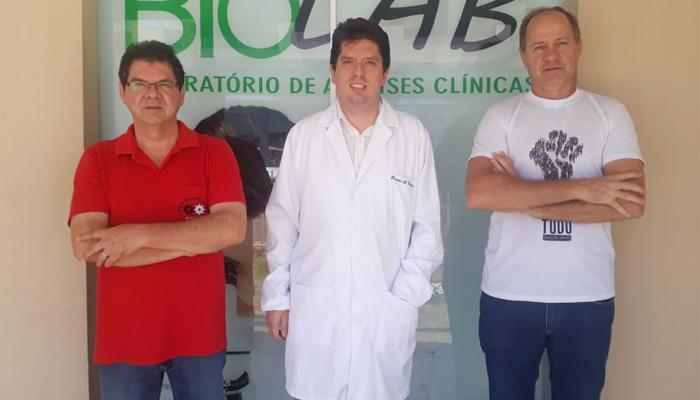 Os diretores do Sindicato de Arapoti, Walter Carlos da Costa e Heber Remígio Panichi, com o sócio-proprietário do Laboratório Biolab, Ruanito Velasque
