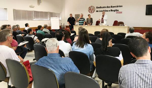 O presidente do Sindicato de Londrina, Felipe Pacheco, o  diretor da Fetec-CUT/PR, Aelton Alves Pereira, e a secretária de Formação do Sindicato de Londrina, Patrícia Azinari, na abertura do curso com o sociólogo Emir Sader