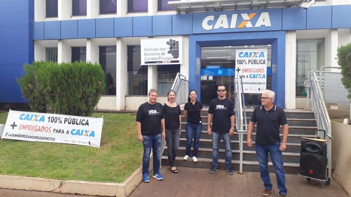 Dirigentes do Sindicato e empregados da Caixa em Bandeirantes vestiram preto no Dia Nacional de Luta