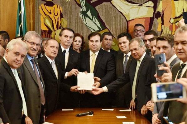 Bolsonaro entrega a proposta de reforma aos presidentes da Câmara dos Deputados e do Senado - Foto: Divulgação