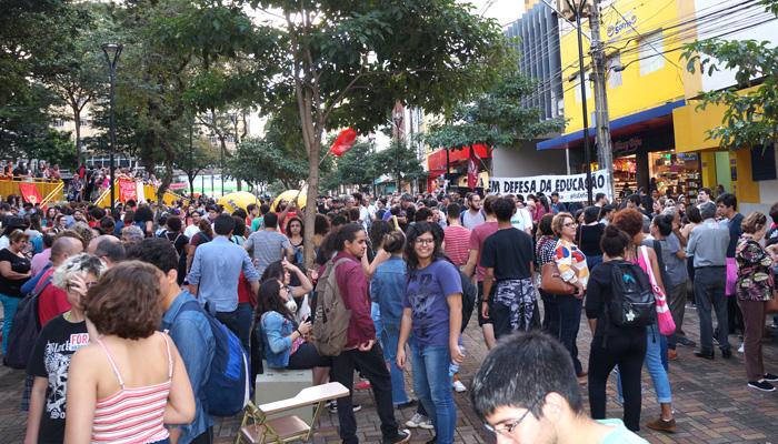 A concentração no Calçadão de Londrina reuniu cerca de 3 mil pessoas