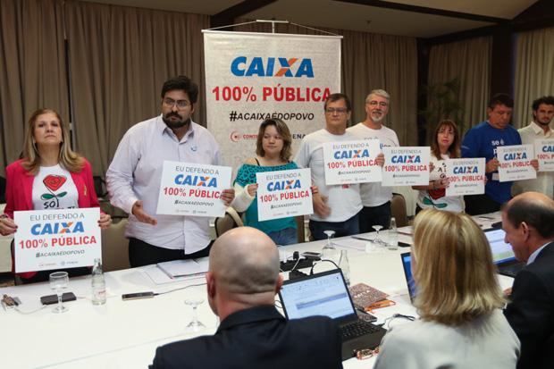 Integrantes da CEE fizeram protesto em defesa da Caixa 100% pública antes do início da reunião