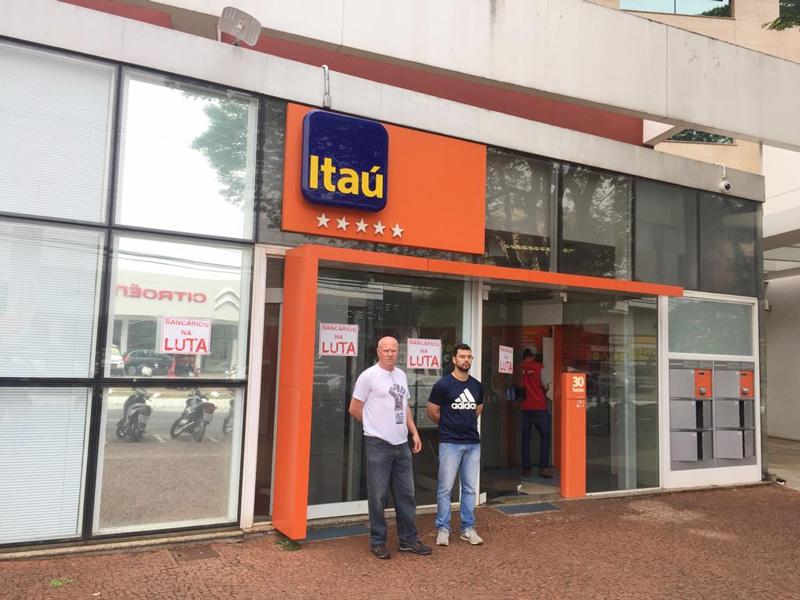 Os diretores Edvaldo Zanutto e Levi Ribeiro no protesto contra a falta de funcionários na área comercial do Itaú da Avenida Higienópólis