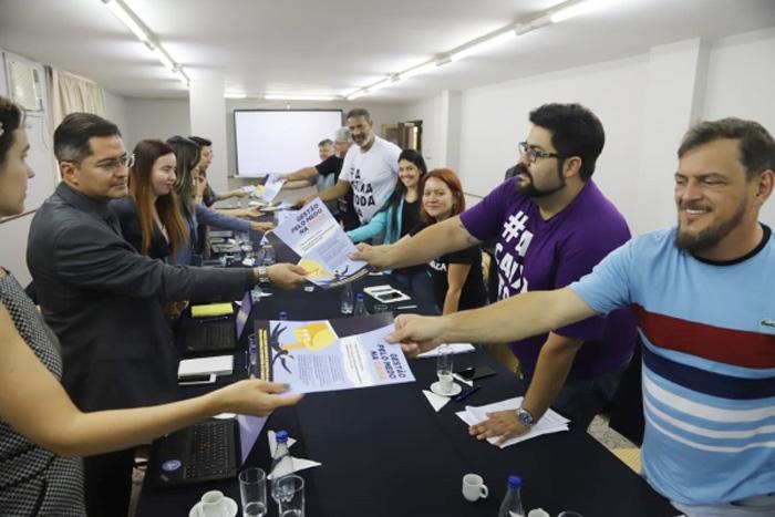 No início da reunião, membros da CEE entregaram aos representantes da Caixa material da campanha em defesa do banco 100% público