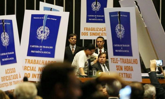 Alterações nas regras de contratação tiraram fonte importante de renda para pagar as aposentadorias em vigor - Foto: Arlindo Cruz/Agência Brasil