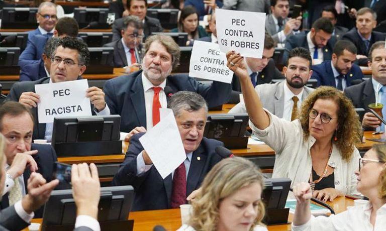 Deputados contrários à reforma da Previdência protestaram e atuaram para barrar a votação na CCJ