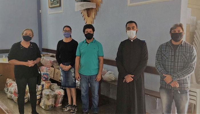 Dirigentes do Sindicato de Apucarana na entrega de cestas-básicas ao pároco da Paróquia Cristo Sacerdote