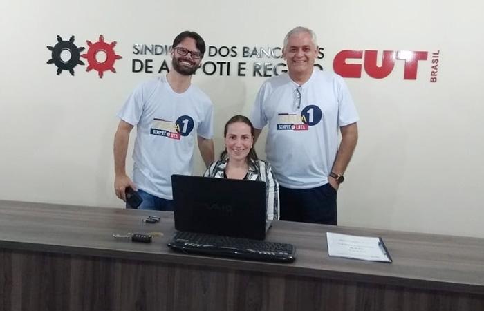 O presidente reeleito do Sindicato de Arapoti, Calor Roberto de Freita (à dir.), comemora o resultado das urnas com os também integrantes da Chapa 1, Fábio Leonel Bueno e Aline Guido