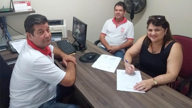 José Ubiraci de Oliveira, coordenador da CCV, com a ex-bancária Ana Maria e o também diretor do Sindicato de Arapoti, Walter Carlos da Costa