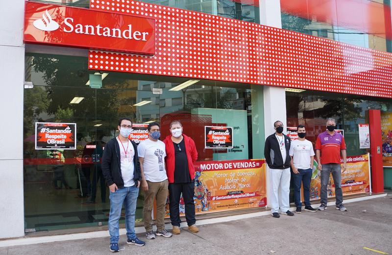 Dirigentes do Sindicato de Londrina protestam contra o desrespeito do Santander nesta quarta-feira (29/07) na agência Centro