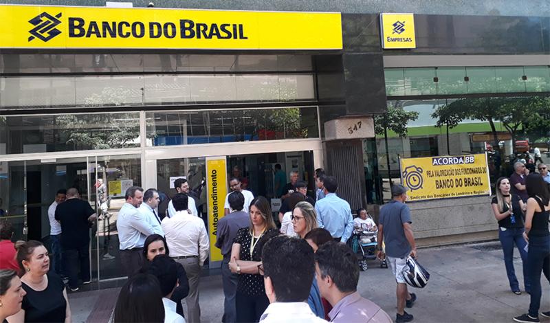 Funcionários e funcionárias do prédio do Banco do Brasil participaram da atividade contra os cortes nas gratificações - Fotos: Armando Duarte Jr.