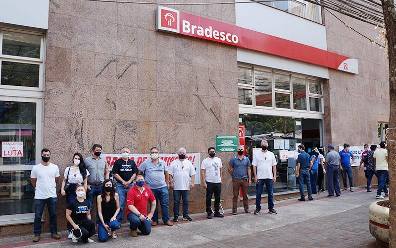 Dirigentes do Sindicato na atividade do Dia de Luta dos Funcionários do Bradesco no prédio central, em Londrina