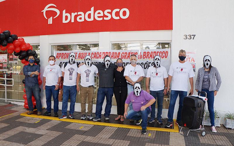 Dirigentes do Sindicato de Londrina protestaram nesta quinta-feira (19/11) contra as demissões em massa no Bradesco