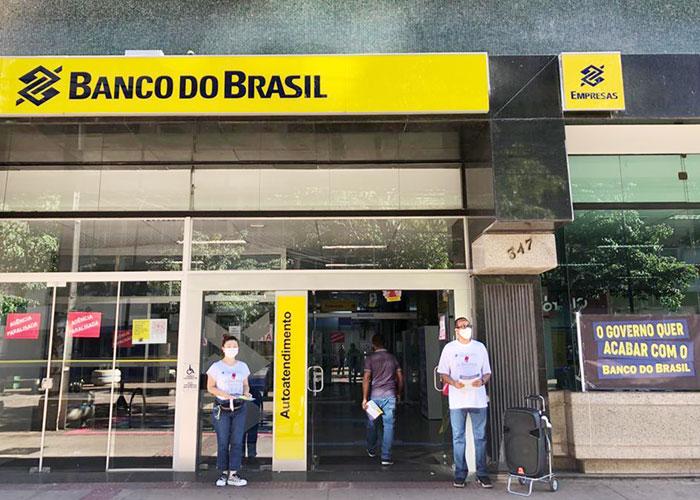 Dirigentes do Sindicato de Londrina na atividade que retardou o expediente da agência Calçadão