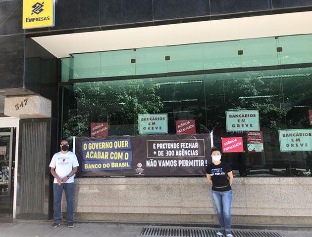 Dirigentes do Sindicato de Londrina, Laurito Porto de Lira Filho e Eunice Miyamoto acompanham  o protesto no prédio do BB no Calçadão