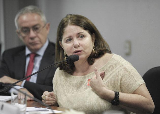 Cláudia Ricaldoni alerta os participantes para os riscos aos direitos dos participantes