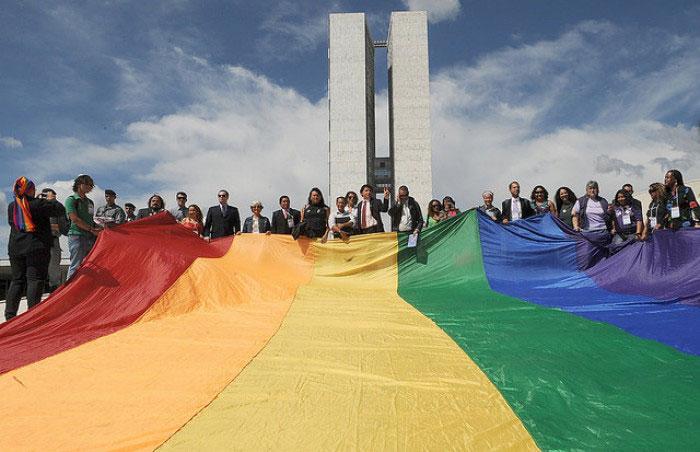 A foto lembra a primeira Marcha contra a Homofobia no Brasil, realizada no dia 17 de novembro de 2017