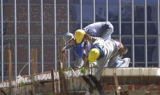 Lobby dos patrões quer reduzir garantias de segurança do trabalhador previstas na legislação - Foto: Agência Brasil