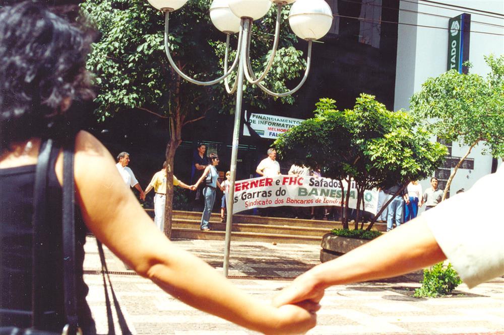 Abraço simbólico em frente à principal agência do Banestado em Londrina, marcou a perda do banco público paranaense em 2000